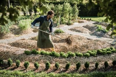 Jardinier dans un potager cultivé en permaculture